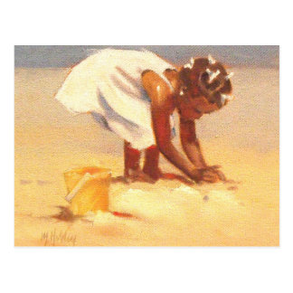 Niedliches kleines Mädchen, das im Sand spielt Postkarte