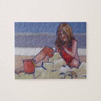 Niedliches kleines Mädchen, das im Sand spielt Puzzle
