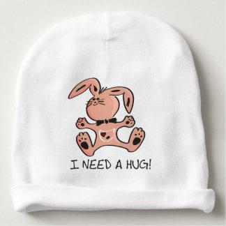 Niedliches kleines rosa Häschen, das eine Umarmung Babymütze