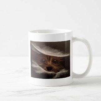 Niedliches lustiges Yorkie zwischen Kaffeetasse