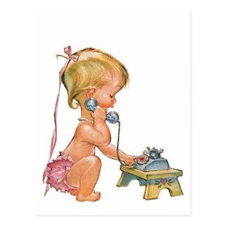 Niedliches Mädchen, das am Telefon spricht Postkarte