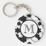 Niedliches Mod-Schwarz-Blumen-Muster, Ihre Initial Schlüsselanhänger