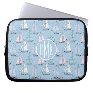 Niedliches Monogramm des Segelboot-Muster-| Laptop Sleeve