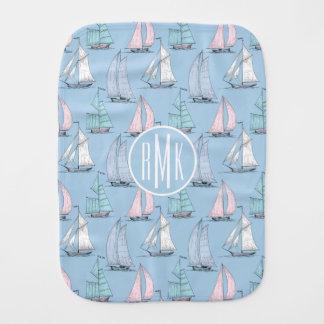 Niedliches Monogramm des Segelboot-Muster-| Spucktuch
