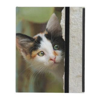 Niedliches neugieriges Katzen-Kätzchen, das iPad Hülle