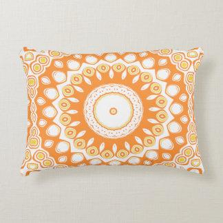 Niedliches orange und gelbes Mandala-Medaillon Dekokissen