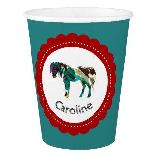 Niedliches Pony mit Blauem und Rotem Pappbecher