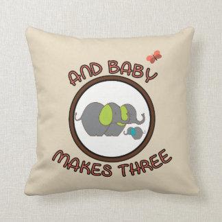 Niedliches Redewendungens-Baby stellt das drei Kissen