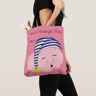 Niedliches rosa Schwein, das in der Nachthaube Tasche