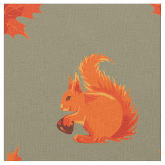 Niedliches rotes Eichhörnchen mit Kastanien-und Stoff