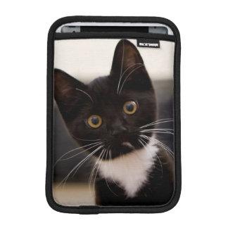 Niedliches Schwarzweiss-Tuxedo-Kätzchen iPad Mini Sleeve