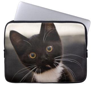 Niedliches Schwarzweiss-Tuxedo-Kätzchen Laptop Sleeve