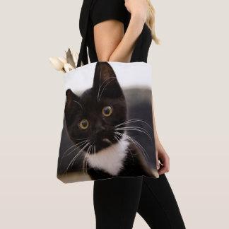 Niedliches Schwarzweiss-Tuxedo-Kätzchen Tasche