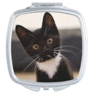 Niedliches Schwarzweiss-Tuxedo-Kätzchen Taschenspiegel