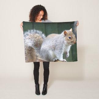 Niedliches wildes graues Eichhörnchen Fleecedecke