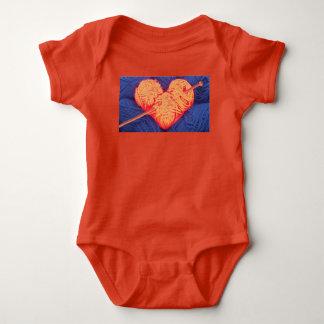 Niedliches Wolleherz mit Fotografie der Baby Strampler
