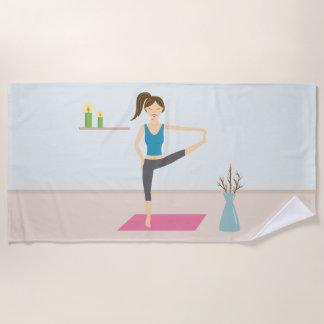 Niedliches Yoga-Mädchen in der ausgedehnten Hand Strandtuch