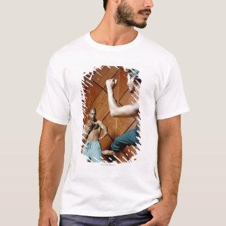 Niedrige Winkelsicht des Übens mit zwei jungen T-Shirt