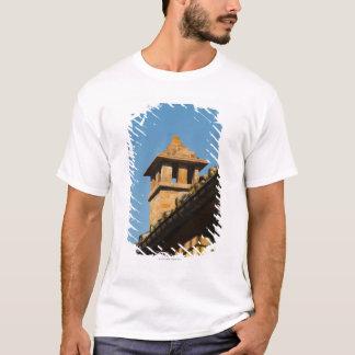 Niedrige Winkelsicht eines Kamins auf einem Dach, T-Shirt