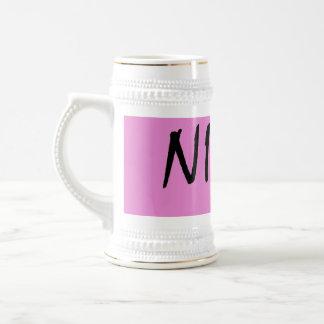 Nina-Textmädchenname mit rosa Hintergrund Bierglas