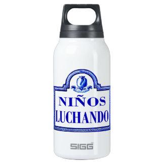 Niños Luchando, Granada-Straßenschild Isolierte Flaschen