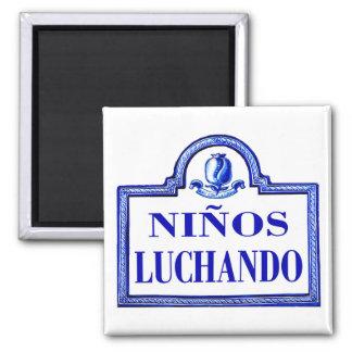 Niños Luchando, Granada-Straßenschild Magnete