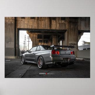 Nissan Skyline GT-r R34 in im Stadtzentrum Poster