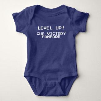 Niveau-oben - Stichwort-Sieg-Fanfaregamer-Shirt Baby Strampler