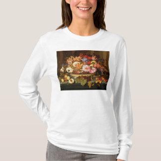 Noch Leben der Frucht und des Korbes der Blumen T-Shirt
