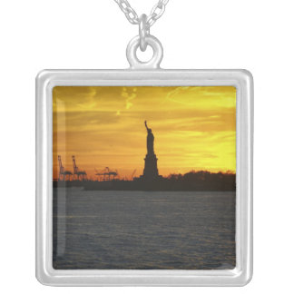 Nordamerika, USA, New York, New York City. 3 Versilberte Kette