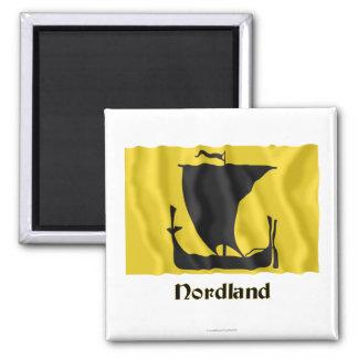 Nordland wellenartig bewegende Flagge mit Namen Quadratischer Magnet