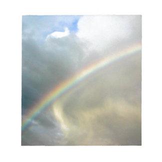 Notizblock mit Foto des hübschen Regenbogens