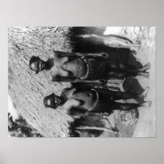 Nubian Frauen stehend vor Hütten-Fotografie Poster