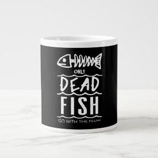 Nur tote Fische gehen mit dem Fluss- riesige Tasse
