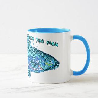 Nur tote Fische gehen mit dem Fluss Tasse