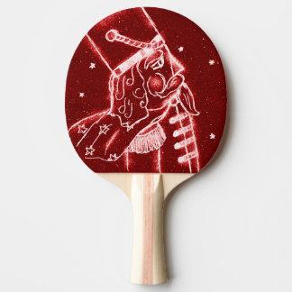 Nussknacker-Spielzeug-Soldat im hellen Rot Tischtennis Schläger