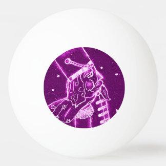 Nussknacker-Spielzeug-Soldat in der Magenta Tischtennis Ball