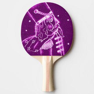 Nussknacker-Spielzeug-Soldat in der Magenta Tischtennis Schläger