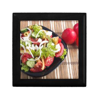 Nützlicher und natürlicher Gemüsesalat der Tomate Schmuckschachtel