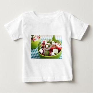 Nützlicher vegetarischer Salat mit rohen Tomaten Baby T-shirt