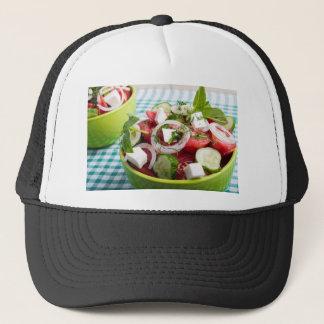 Nützlicher vegetarischer Salat mit rohen Tomaten Truckerkappe
