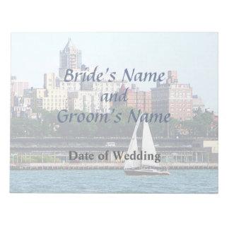 NY - Segelboot gegen Manhattan-Skyline-Hochzeit Notizblock