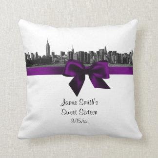 NYC breiter Skyline ätzte lila Kissen BW