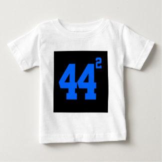 Obama 44 quadrierte das dunkle Shirt der Frau