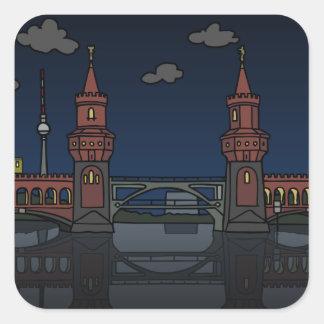 Oberbaum Brücke Berlin nachts Quadratischer Aufkleber