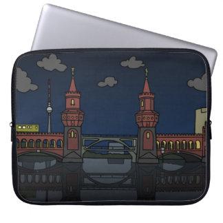 Oberbaum Brücke in Berlin nachts Laptop Sleeve