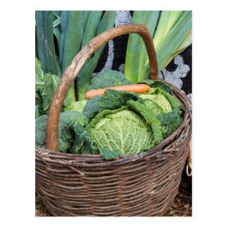 Obst und Gemüse im Korb Postkarte