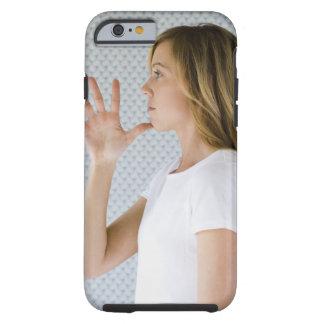 Offene Hand der Frauenholding zum Kinn Tough iPhone 6 Hülle