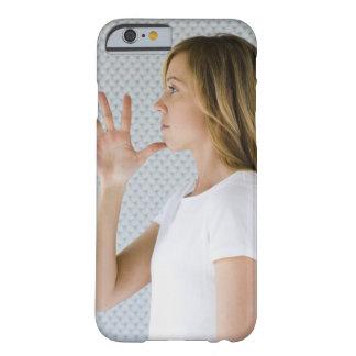 Offene Hand der Frauenholding zum Kinn Barely There iPhone 6 Hülle