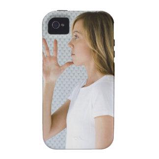 Offene Hand der Frauenholding zum Kinn Vibe iPhone 4 Case